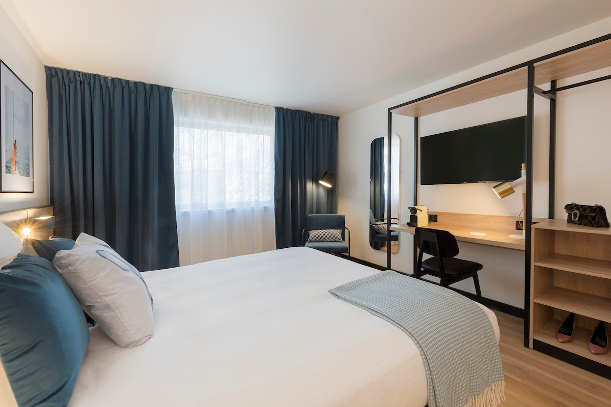 Studio with double bed and cushions decoration of the Tulip residences of Joinville-le-Pont